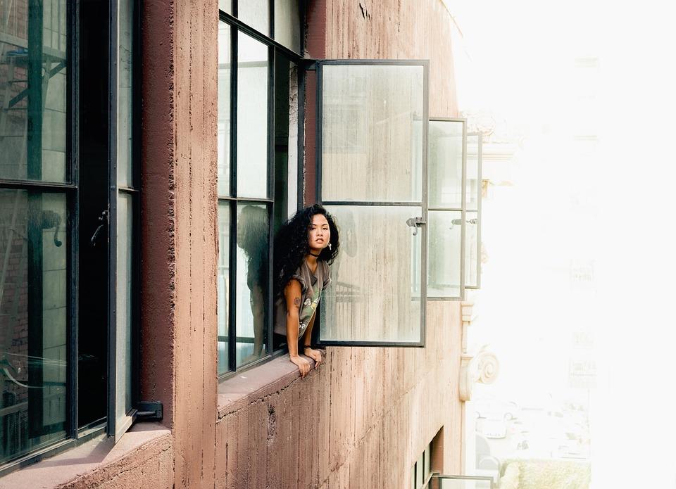 建物 アパート 窓 人 女の子 女性