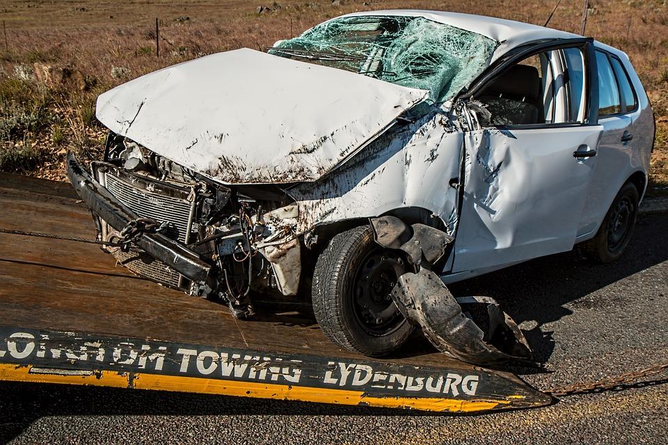 車の事故 損傷 クラッシュ 保険 難破船 衝突 壊れた 修理 スマッシュ 車のクラッシュ