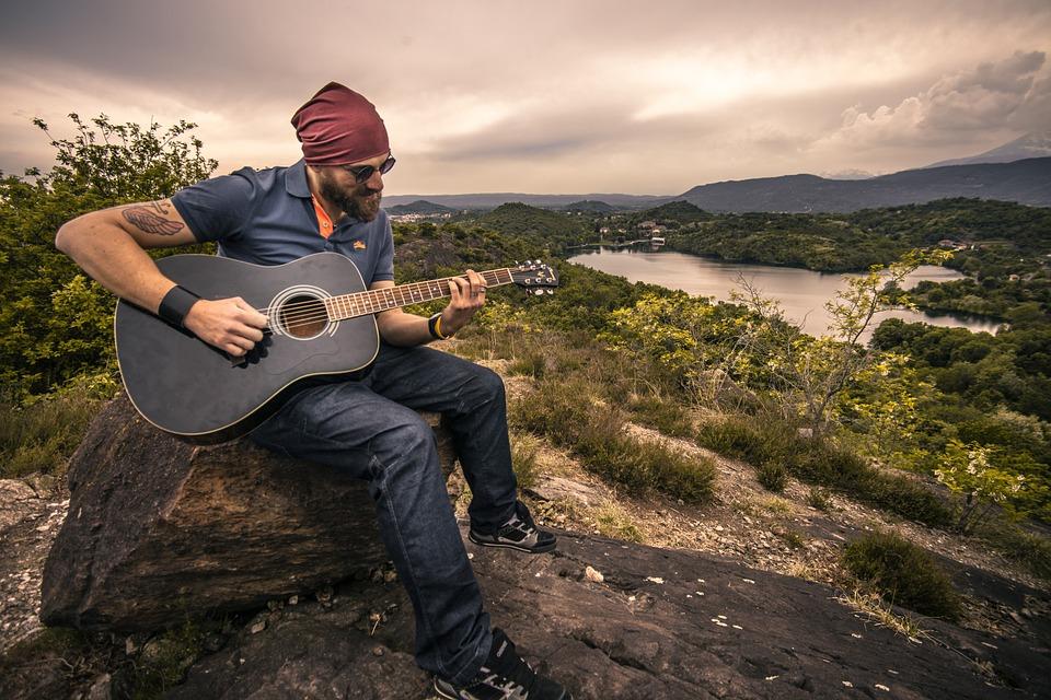 ギタリスト アコースティック ギター 男 少年 風景 音楽 自然 人 プレーヤー 歌う 歌