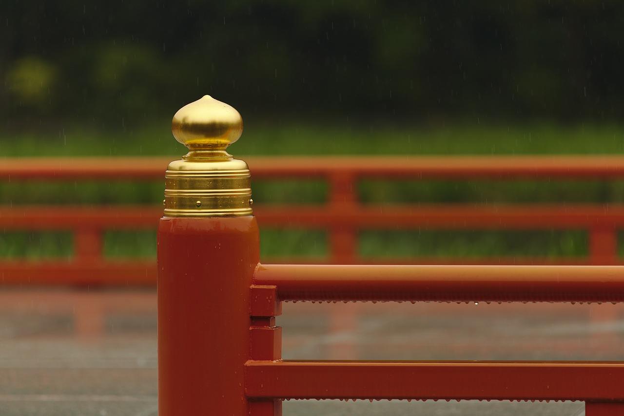 日本 神社 赤 金 雨 テンプル