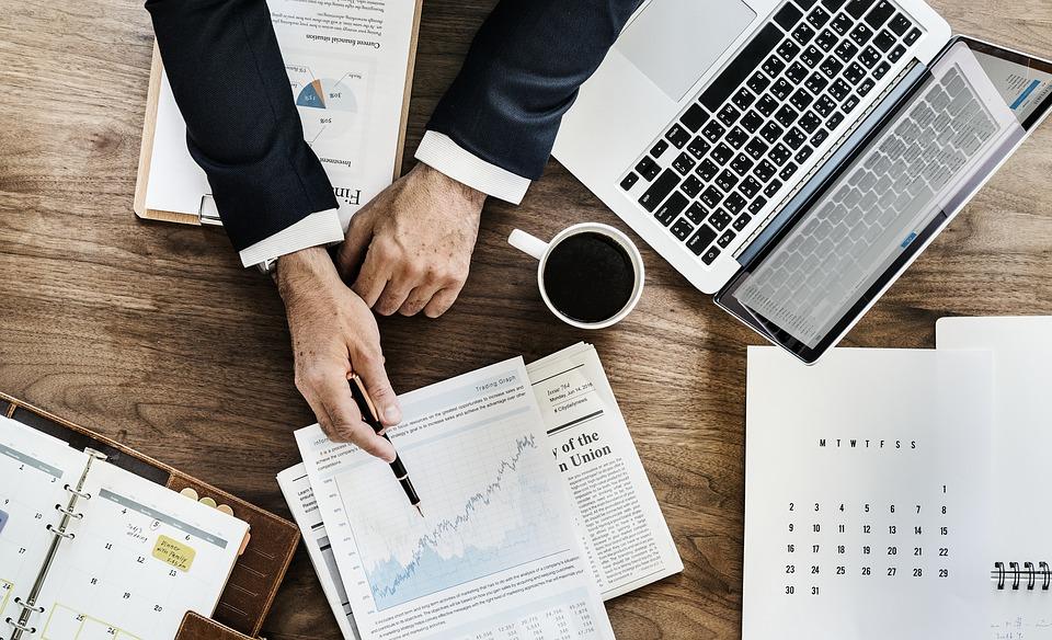 オフィス ビジネス 書類 ドキュメント ラップトップ 議題 解析 アナリティクス ビジネスマン